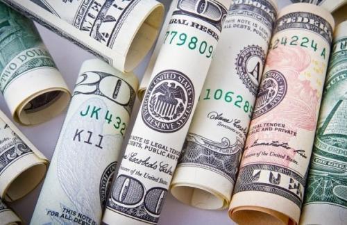 Доллар и евро укрепляются к рублю в начале валютных торгов