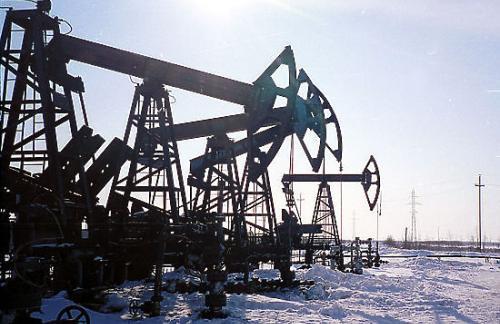Цены на нефть продолжают снижаться на опасениях перенасыщения рынка