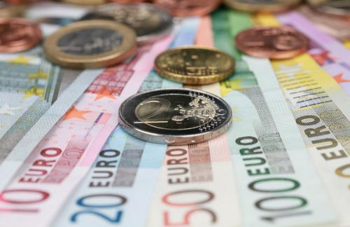 Официальный курс евро упал до 84 рублей