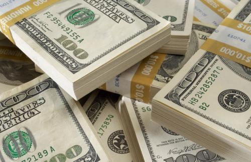 MOEX: средневзвешенный курс доллара снизился на 3 рубля