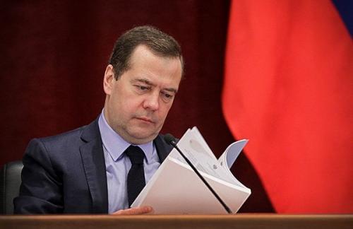 Медведев смягчил правила предоставления кредитов регионам