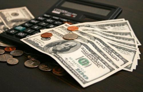 Курс доллара на открытии биржевых торгов опустился ниже 57 рублей
