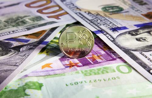 Официальные курсы доллара и евро упали почти на три рубля