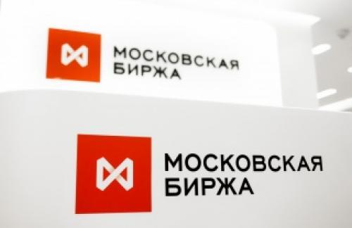 Рубль снижается пятые торги подряд