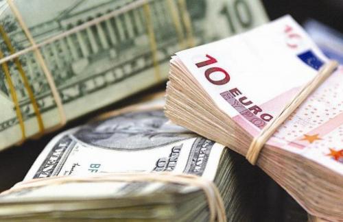 Доллар дешевеет к евро после четырех сессий роста