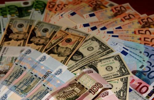 Доллар и евро растут, рубль копирует движения нефти