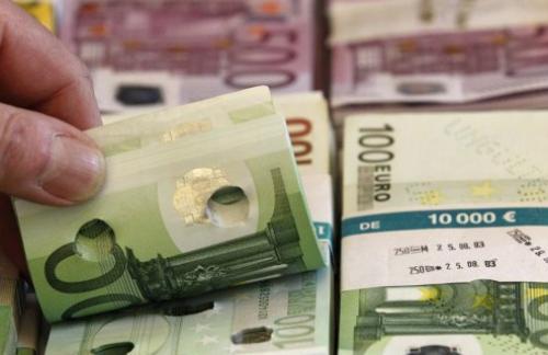 Евро упал к доллару до минимума за месяц