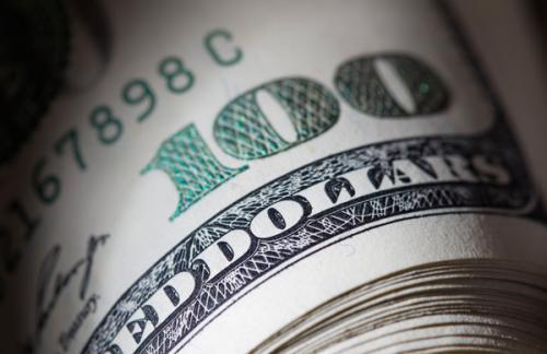 Центробанк опустил курс доллара ниже 71 рубля