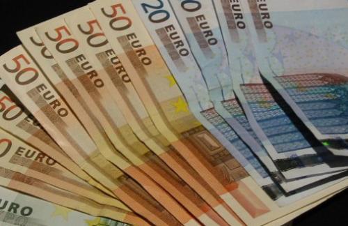Евро продолжает снижаться к доллару