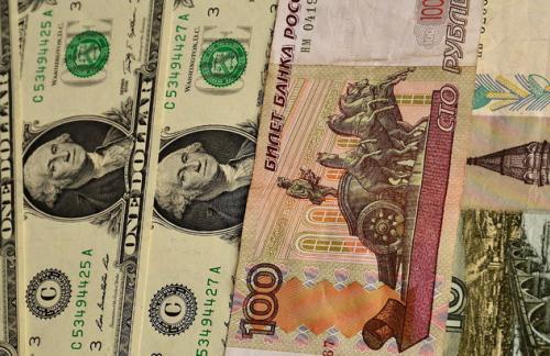Официальный курс рубля продолжает снижаться