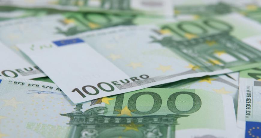 Официальный курс евро упал ниже 71 рубля