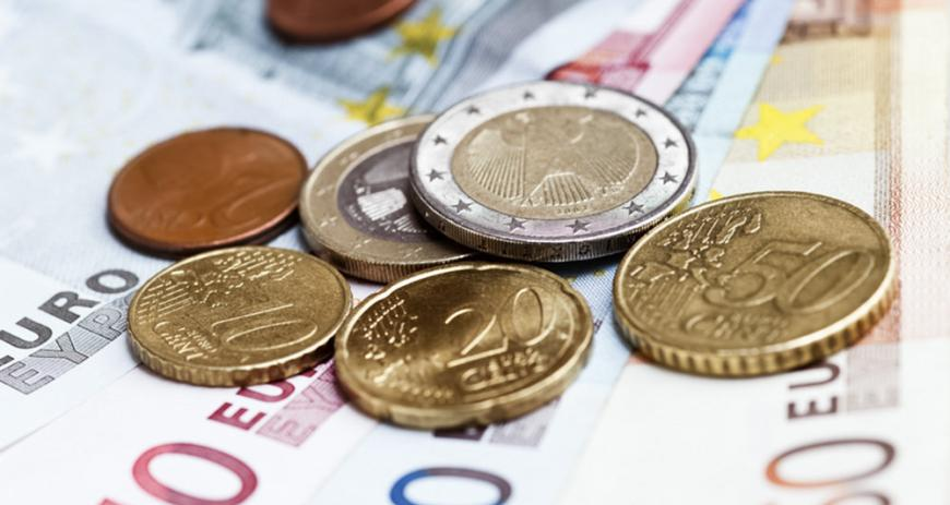 Официальный курс евро упал до 70,5 рубля